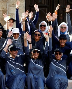 سعوديات بالعباءات الرياضية يمارسن الركض في شوارع جدة