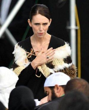 """قبل صلاة الجمعة.. نيوزيلنديات يتزينَّ بـ""""أحجبة ملونة"""" خلال تكريم ضحايا """"هجوم المسجدين"""""""