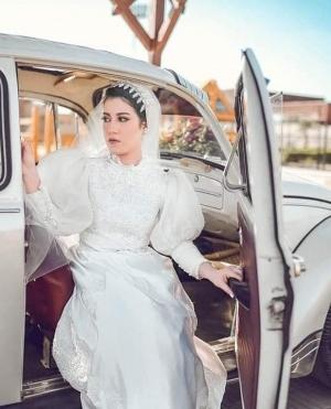 آية مصطفى مرتدية فستان والدتها