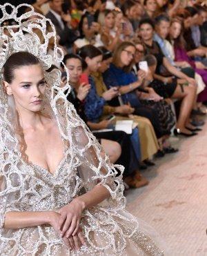 إيلي صعب يرجع بتصميماته لستينات بيروت في اسبوع الموضة بباريس
