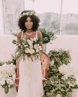 أطواق الورد واللولي لتسريحات الزفاف لصاحبات الشعر الكيرلي