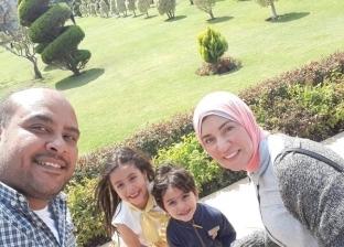 «محمد» وزوجته المصابة وطفلاه