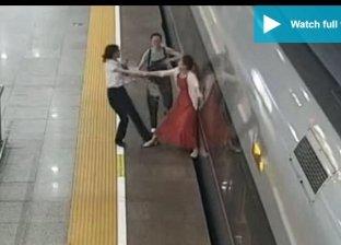 محاولة السيدة الصينية من فتح القطار