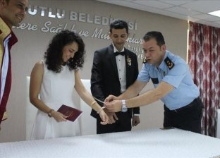الضابط التركي وعروسه لحظة عقد القران