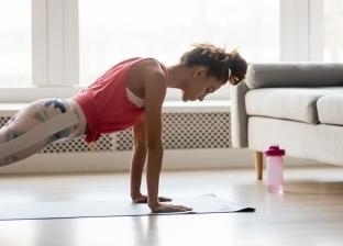 احدى الفتيات تُمارس رياضة في المنزل