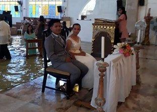 عروس تصر على الزواج داخل كنيسة تغمرها مياه الفيضانات
