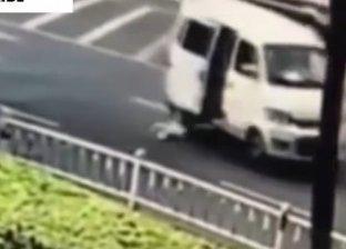 رضيع يسقط من سيارة والديه في الطريق
