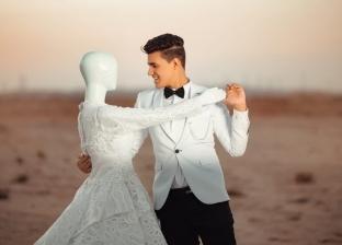 شاب مع عروسة مانيكان