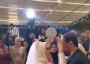عروس تترجم أغنية للغة الإشارة