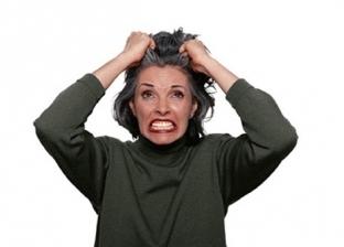 سيدة تقوم بشد خصل شعرها
