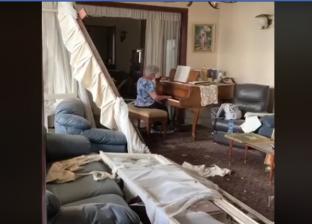 سيدة تعزف البيانو وسط خراب بيروت
