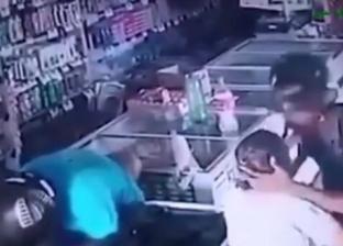 بالفيديو..على غير المألوف لص مسلح يقبل رأس عجوز ويرفض أموالها