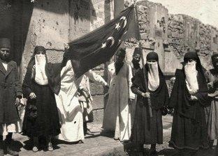 نحو 500 سيدة وفتاة شاركن في أول مظاهرة نسائية في تاريخ مصر الحديث