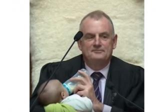 رئيس البرلمان النيوزلندي يصطحب طفلا