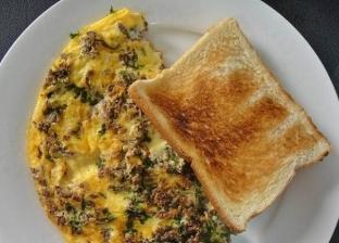 طبق بيض أومليت باللحم المفروم