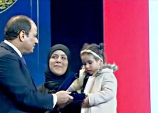 تكريم الرئيس السيسي لزوجة الشهيد محمد صلاح الدين شلبي