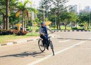 ايمان تحقق حلمها وتستغنى عن السيارة بركوب الدراجات