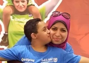 «هدى» مع طفلها «عبدالله»