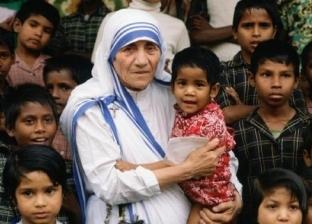 الأم تريزا وسط الأطفال الفقراء