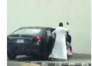 اب يعنف ابنته