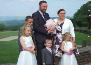 سيدة بريطانية وأولادها وزوجها