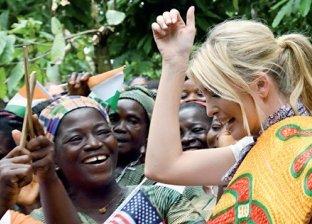 رقصة إفريقية لإيفانكا ترامب مع مزارعات الكاكاو في ساحل العاج