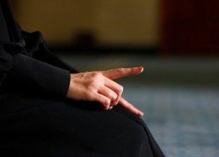 سيدة تؤدي فريضة الصلاة