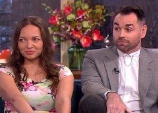 رجل يعاقب عروسته بالزواج من اول فتاه راها