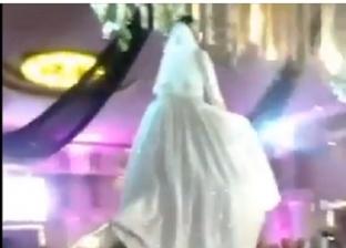 عروس تصعد على حامل الكاميرا