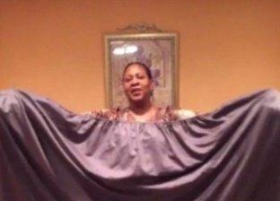رجل يستمر في طي قطعة قماش لمدة ساعتين ونصف بدلا من زوجته