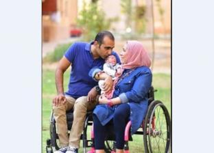 زوجان على كرسي متحرك يوثقان لحظة ولادة طفلهما