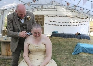 عروس تحلق شعرها