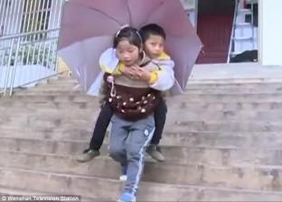 فتاه تحمل اخوها يوميا على ظهرها حتى لا يخسر تعليمة