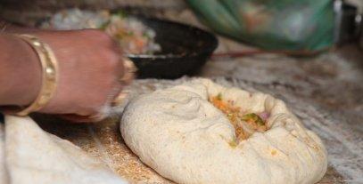 """""""المدفونة"""": النسخة المغربية المدهشة من فطائر """"البيتزا"""""""