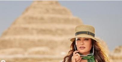 الفنانة التونسية لطيفة تتألق أمام الأهرامات بجلسة شبابية