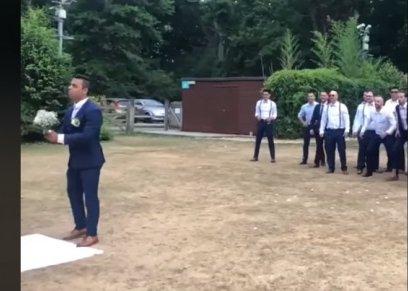 مقطع فيديو ساخر لرجل يمسك بالزهور ويلقيها على اصدقائه اثناء عرسه