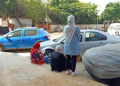 أمهات طلاب الثانوية العامة يجلسن أمام إحدى اللجان بمنطقة الدقي