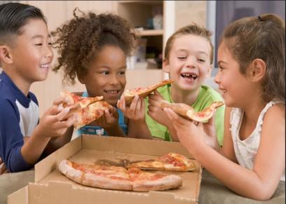 أطفال يتناولون البيتزا