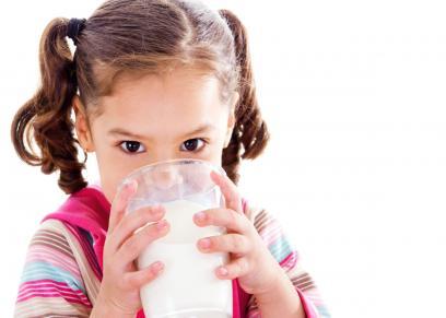 لأول مرة في العالم.. شركة إماراتية تنتج حليب إبل للأطفال
