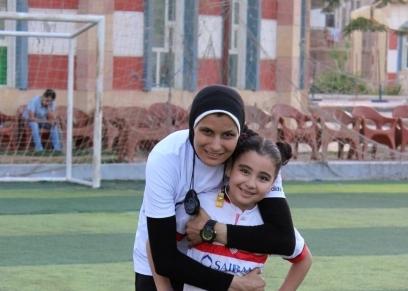 اللاعبة نور نجيب مدربة كرة قدم  وابنتها