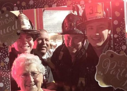 بالصور| شاركها رجال المطافئ بالحفل.. سيدة أمريكية تحتفل بميلادها الـ90