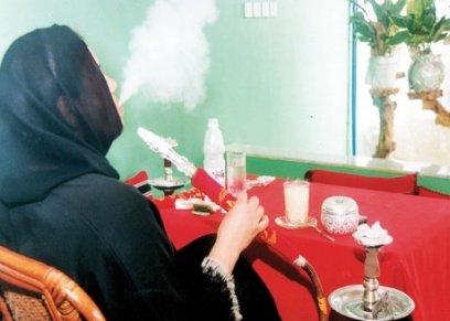 نساء يدخن شيشة