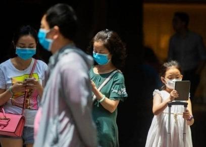 صينيون يرتدون كمامات لحمايتهم من كورونا