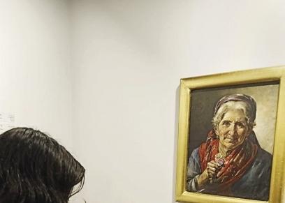 «تقى» ترسم إحدى لوحاتها
