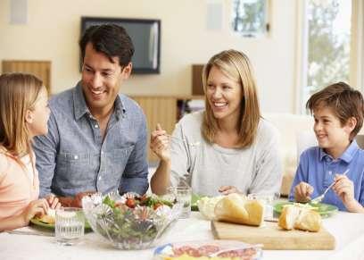 تجمع الاسرة علي العشاء فرصة لتوطيد العلاقة