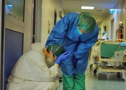أطباء يشعرون بالتعب بسبب العمل طوال اليوم
