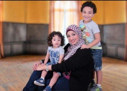 أم ترسم لوجو قناة الاطفال المفضله لاولادها وتلصقها على التليفزيون
