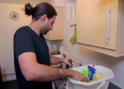 عمار داخل مطبخه
