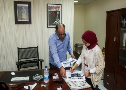 سمر صالح والدكتور أحمد محمود المدير الفني لجريدة الوطن