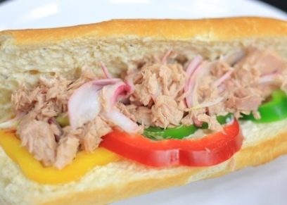 ساندوتش تونة بالخيار المخلل وصوص الرانش